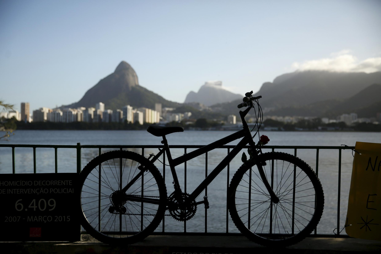 Bicicleta na Lagoa Rodrigo de Freitas lembra o assassinato do médico Jaime Gold.