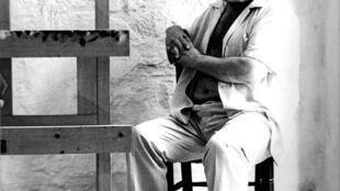 Francisco Moreno Galván en su taller, por el fotógrafo argentino Eduardo Carretero.