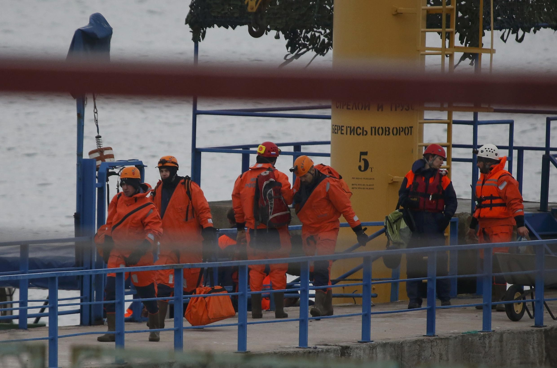 Спасатели МЧС в порту Хосты (пригород Сочи), 25 декабря 2016.