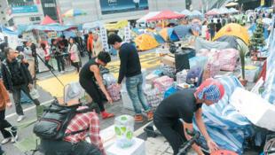 香港法院下达禁制令,警方12月11日准备清除金钟地区占领路障,10日已有占领人士陆续搬走物资及撤走
