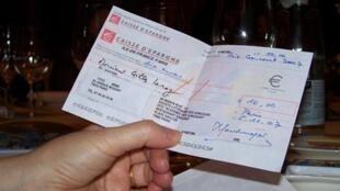 Chèque de 10 euros remis au lauréat du Goncourt.