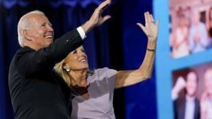 Joe Biden, accompagné de sa femme Jil,l a été officiellement investi candidat à la présidentielle américaine du 3 novembre lors de la convention nationale démocrate à Wilmington, dans le Delaware, le 20 août 2020.