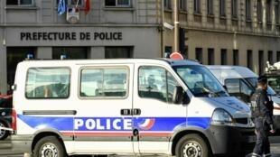 Pour Emmanuel Macron il faut rétablir la confiance entre la population et les forces de l'ordre, des policiers ou gendarmes souvent montrés du doigt pour des contrôles au faciès.