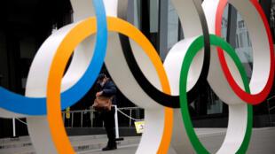 日本新冠疫情传播形势严峻,已经延期至今夏进行的奥运会是否会再次延期甚至取消引发关注。2021年1月8日摄于东京街头