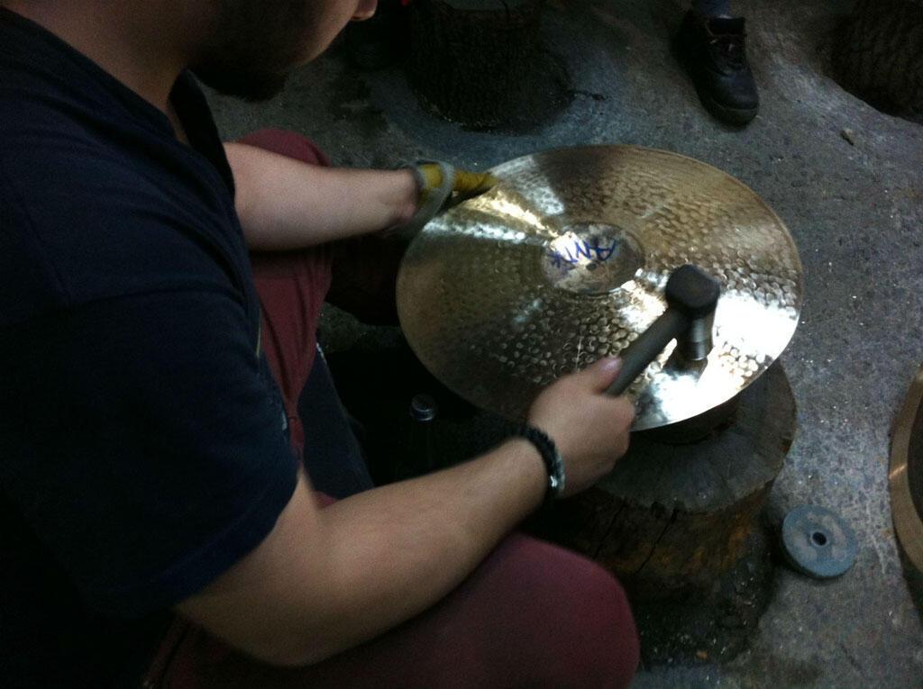 Dans un des derniers ateliers de la banlieue d'Istanbul, les cymbales se fabriquent encore artisanalement.