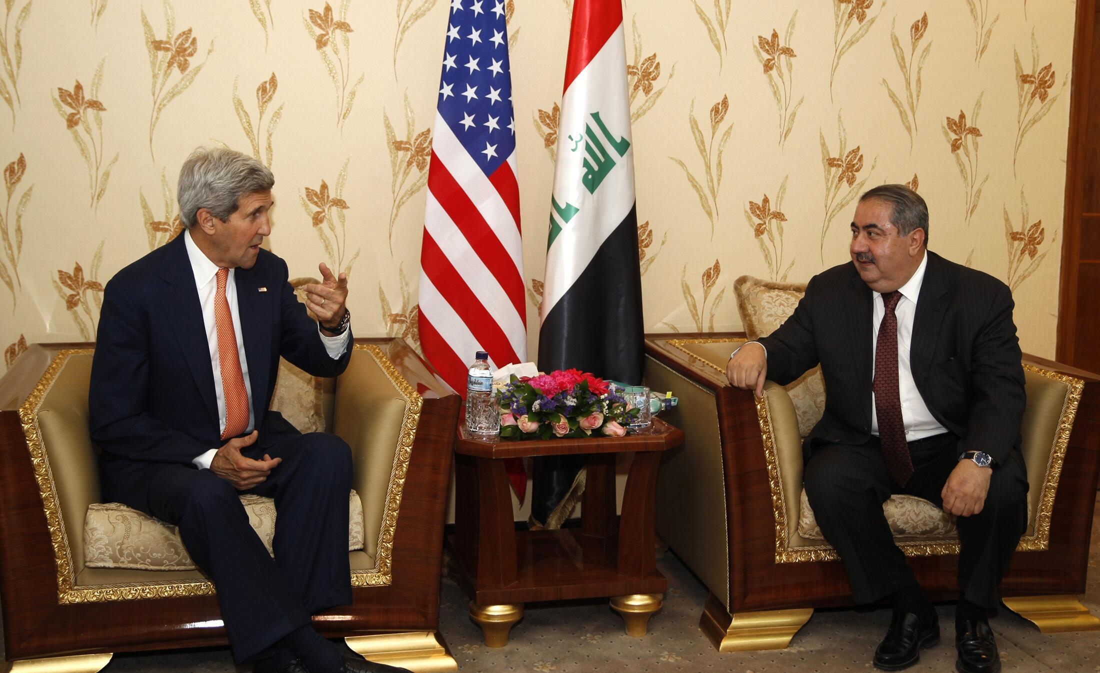 John Kerry et Hoshyar Zebari, homme politique kurde, ministre des Affaires étrangères de l'Irak, discutent à Bagdad de l'avancée de l'EIIL dans l'ouest du pays, le 23 juin 2014.