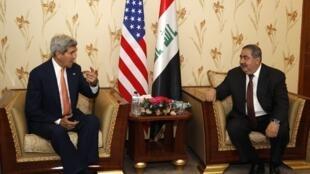 John Kerry et Hoshyar Zebari discutent à Bagdad de l'avancée de l'EIIL dans l'ouest du pays, le 23 juin 2014.