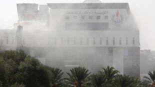 De la fumée devant le bâtiment de la Compagnie nationale de pétrole à Tripoli, Libye, victime d'une attaque ce lundi 10 septembre 2018.