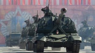 Традиционный парад Победы в Москве перенесли на осень. Однако 9 мая в виртуальном пространстве по прежнему остается инструментом государственной пропаганды;