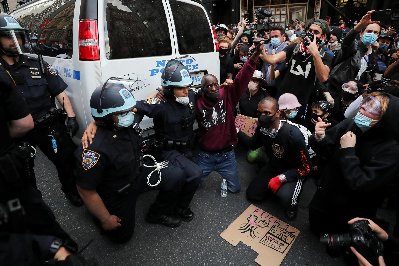 Nos Estados Unidos, policiais negros se unem a manifestantes contra o racismo.