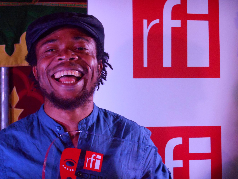 Le lauréat congolais Julien Mabiala Bissila après la remise du prix Théâtre RFI à Limoges, au Festival des Francophonies en Limousin.