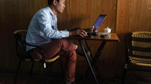 Ảnh minh họa : Cảnh chụp trong một quán cà phê tại Hà Nội, ngày 15/10/2014.