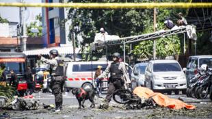 A polícia examina uma das igrejas atacadas pelos terroristas, o Centro Pentecostal de Surabaya.