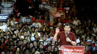 Ông Rodrigo Duterte, thị trưởng Davao và là ứng viên tranh cử chức tổng thống, phát biểu trong một cuộc mít tinh tại Manila, ngày 09/02/2016.