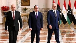 ប្រធានាធិបតីអេហ្ស៊ីប Abdel Fattah al-Sissi ដែលគាំទ្រភាគខាងកើត អមដោយលោក Aguila Saleh (ឆ្វេង) ប្រធានសភាភាគខាងកើត និងលោកមេបញ្ជាការ Khalifa Haftar (ស្តាំ) ។ ទីក្រុងកែរ ថ្ងៃទី៦ មិថុនា ២០២០