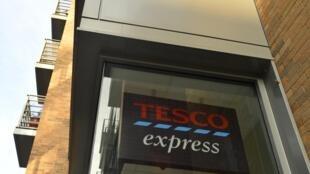 Вывеска британского дистрибьютора Tesco