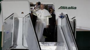 Como na chegada ao Brasil, papa Francisco carregou a própria mala até o avião.