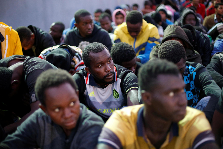 Dans le port de Tripoli, le 4 novembre 2017, des migrants sauvés en mer par la marine libyenne (photo d'illustration).