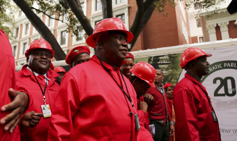 Julius Malema, leader du parti EFF, se rend au Parlement sud-africain où il vient d'être élu, le 21 mai 2014.