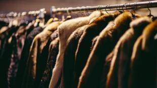 Des manteaux de fourrure.