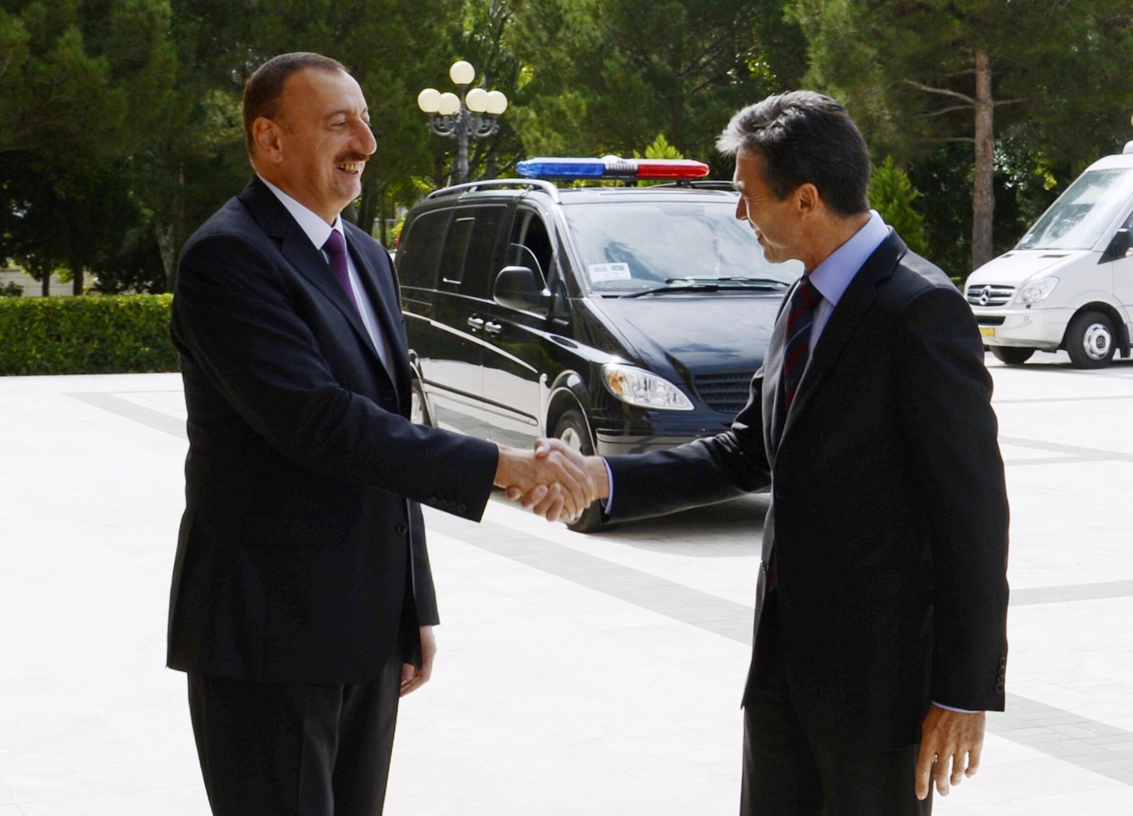 Президент Азейрбайджана Ильхам Алиев встречает генсека НАТО Андерса фог Расмуссена в Баку 07/09/2012