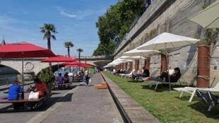 O Paris Plages conta com vários locais recreativos ao longo do rio Sena