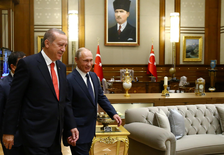 Tổng thống Thổ Nhĩ Kỳ Recep Tayyip Erdogan (T) tiếp đồng nhiệm Nga Vladimir Putin, tại Ankara, ngày 28/09/2017