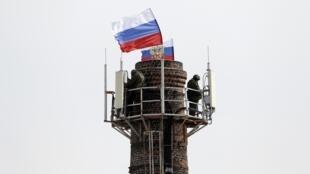 A bandeira russa foi hasteada na sede da Marinha em Sebastopol, Ucrânia, na manhã desta quarta-feira, 19.