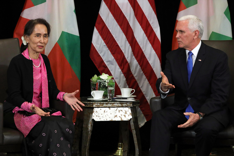 Phó tổng thống Mỹ Mike Pence (P) và lãnh đạo Miến Điện Aung San Suu Kyi nhân cuộc gặp song  phương tại Singapore ngày 14/11/2018.