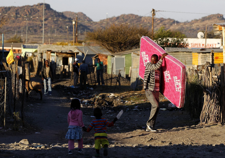 Mineiros protestam diante da mina em Marikana, ao norte de Johanesburgo, na África do Sul, em 15 de agosto de 2013