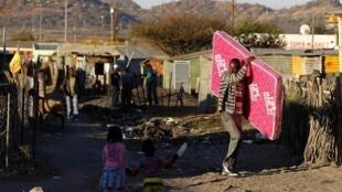 Les mineurs de Marikana sont encore mécontents de leurs salaires et des conditions de vie qui en découlent. (Photo: bidonville de Marikana au nord de Johannesburg, le 15 août 2013).