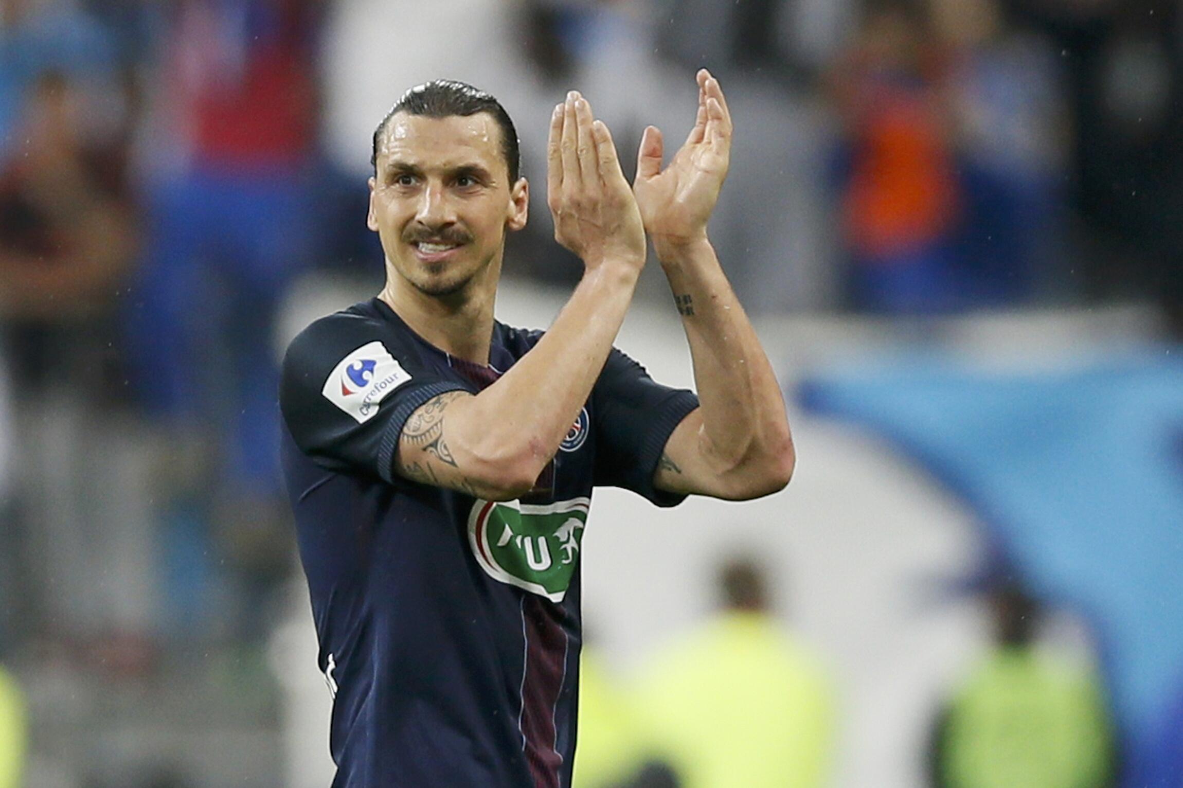 Zlatan Ibrahimovic, akiaga mashabiki wa PSG wakati wa mechi yake ya mwisho kuichezea timu hiyo ya Ufaransa, 2016