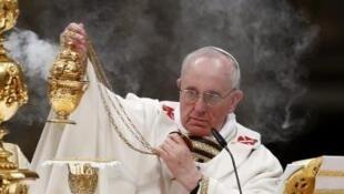 O papa Francisdo durante a primeira vigília pascal de seu pontificado, neste 30 de março de 2013.