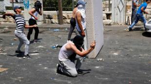 Des Palestiniens affrontent les forces de sécurité israélienne aux abords de la Vieille Ville de Jérusalem, le 21 juillet 2017.