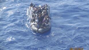 Imigrantes clandestinos em embarcação precária tentam alcançar Lampedusa, na Itália.