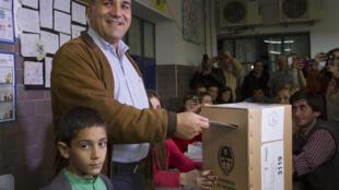 Juan Manzur lors du vote pour l'élection du gouverneur de la région de Tucuman, le 23 août 2015.