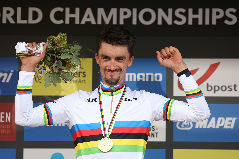 Le Français Julian Alaphilippe célèbre sur le podium son 2e titre consécutif de champion du monde sur route, le 26 septembre 2021 à Louvain