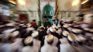 Les disciples se rassemblent autour du Cheikh, lors de la cérémonie soufie de Norouz, chez les Rifa'i de Prizren, à l'ouest du Kosovo.