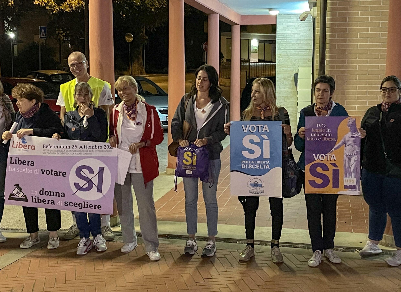 Un grupo de mujeres sostiene carteles a favor del derecho al aborto al inicio de la campaña del referéndum sobre su legalización, el 9 de septiembre de 2021 en San Marino