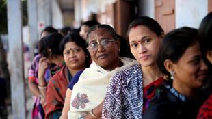Eleitores hindus esperam para votar durante as eleições gerais em Dhaka, Bangladesh, em 30 de dezembro de 2018.