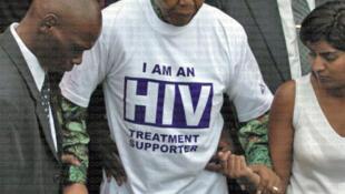 Marigayi Nelson Mandela Tsohon shugaban kasar Afrika ta Kudu sanye da rigar yaki da cutar Sida ko HIV