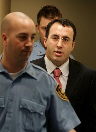 Ramush Haradinaj (C), l'ancien Premier ministre kosovar au Tribunal pénal international à La Haye en mars 2005.