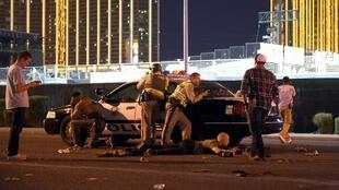 Les forces de police se tiennent aux alentours du casino Mandala Bay, ce 2 octobre 2017, à Las Vegas.