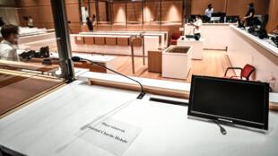 Vue générale de la salle d'audience lors des préparatifs le 27 août 2020, avant l'ouverture du procès des attentats de janvier 2015 au tribunal de Paris.