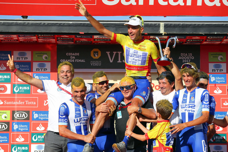 O ciclista espanhol Raúl Alarcón (camisola amarela), da W52-FC Porto, festeja no pódio com elementos da equipa, a vitória na geral individual da 79a Volta a Portugal em bicicleta.
