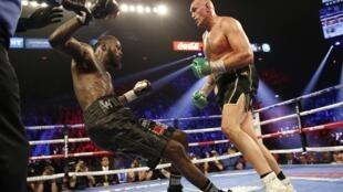 Tyson Fury (à droite) est venu à bout de Deontay Wilder, jusqu'ici détenteur de la ceinture de champion du monde WBC des lourds, ce 23 février 2020 à Las Vegas.