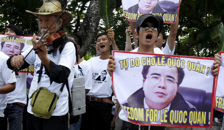 Người ủng hộ Lê Quốc Quân biểu tình phản đối bên ngoài phiên tòa xét xử anh tại Hà Nội ngày 02/10/2013.