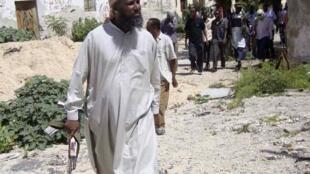 Sheikh Muktar Robow Abuu Mansuur of Al-Shebab walks along the frontline near Mogadishu