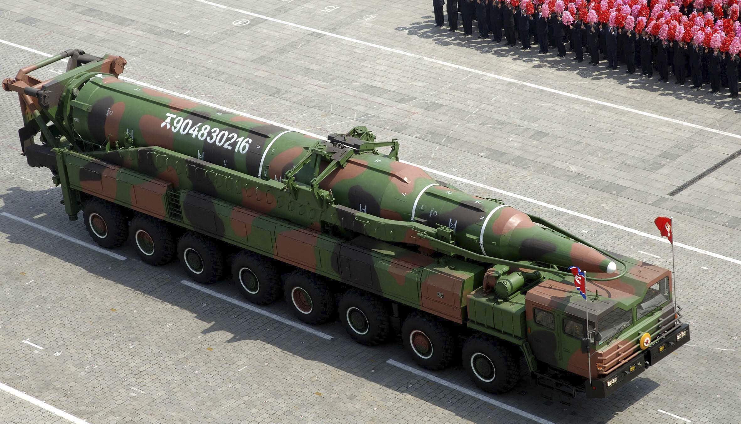 Loại tên lửa tầm xa này của Bắc Triều Tiên (trong lễ duyệt binh ngày 15/04/2012) bị tình nghi là mô hình giả.