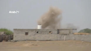 """تصویر فوق که از یک ویدئو کانال خیری """"عرب 24"""" گرفته شده، ادامه جنگ بین دولت یمن و حوثیها را در بندر استراتژیک """"حدیده""""، در روز سه شنبه ٢٧ آذر/ ١٨ دسامبر نشان میدهد."""